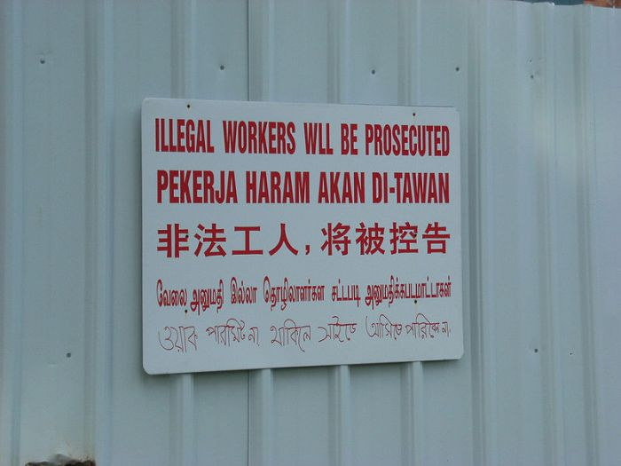 800px-IllegalWorkersSign-Singapore-20070316
